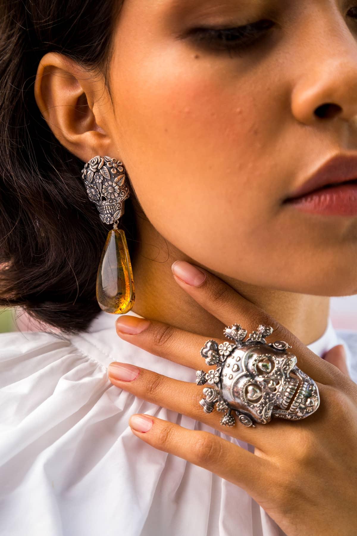 anillo-reina-calavera-de-plata-con-corazones